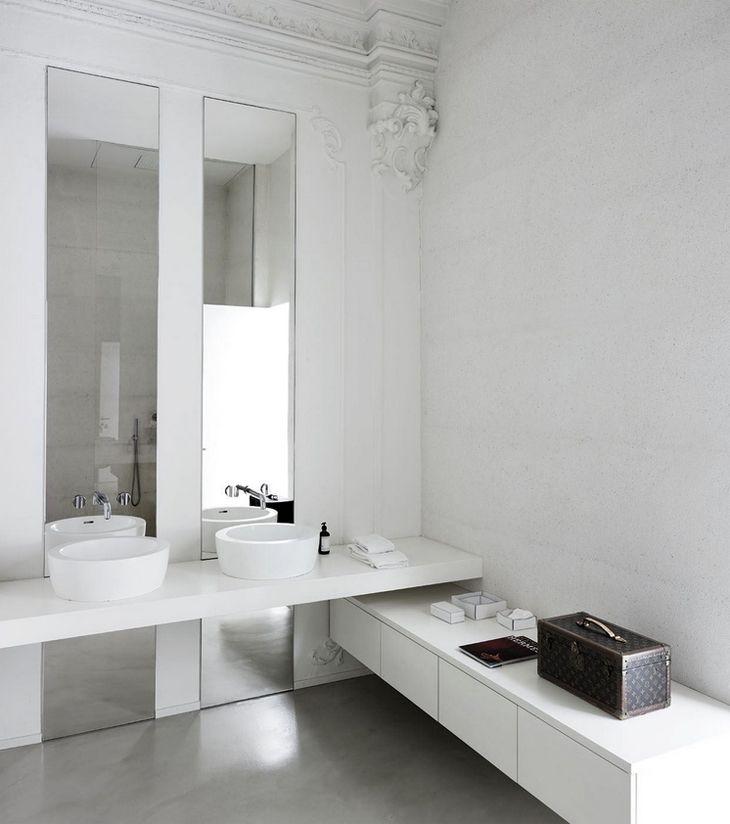 Salle De Bain Double Vasque Au Design épuré Très Minimaliste.Sol Béton Qui  Met En Valeur Le Mobilier Blanc #salledebain #bathroom #beton #miroir  #épuré ...