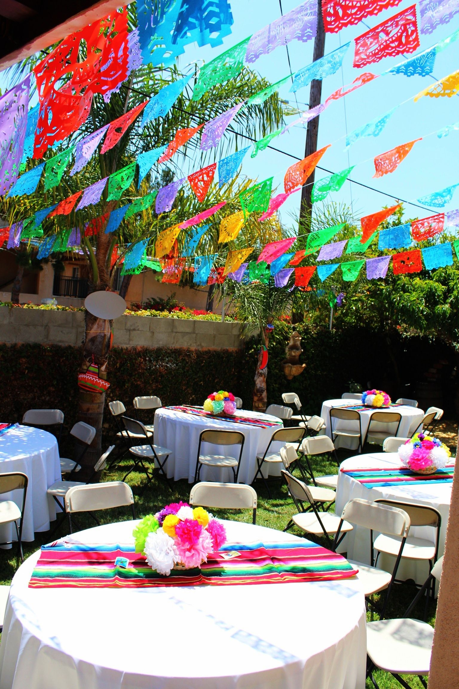 Mexican party theme paper flowers mexican party for Decoration de table