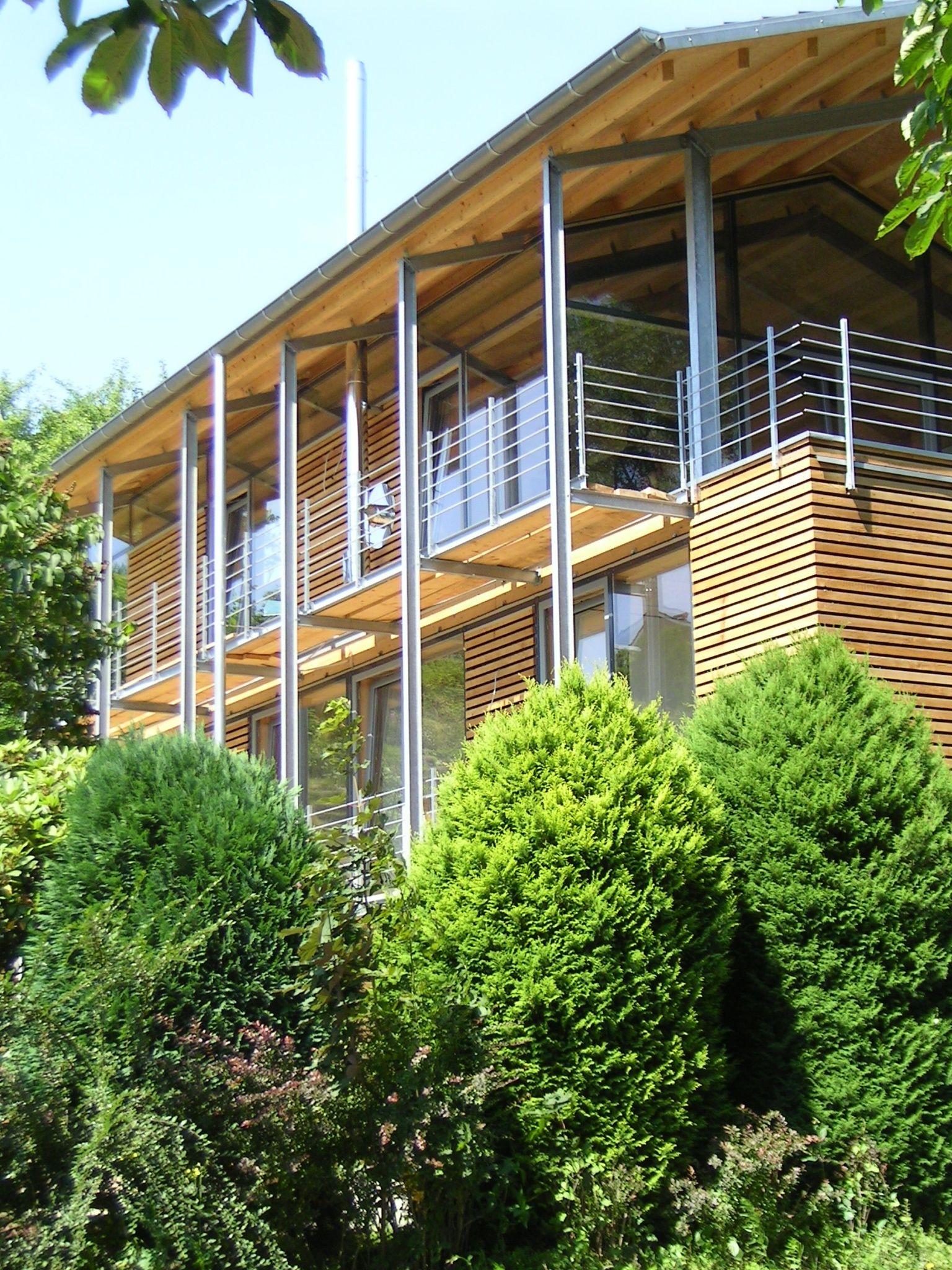 Modernes Holzhaus modernes holzhaus mit viel glas und einer fassade aus lärchenholz