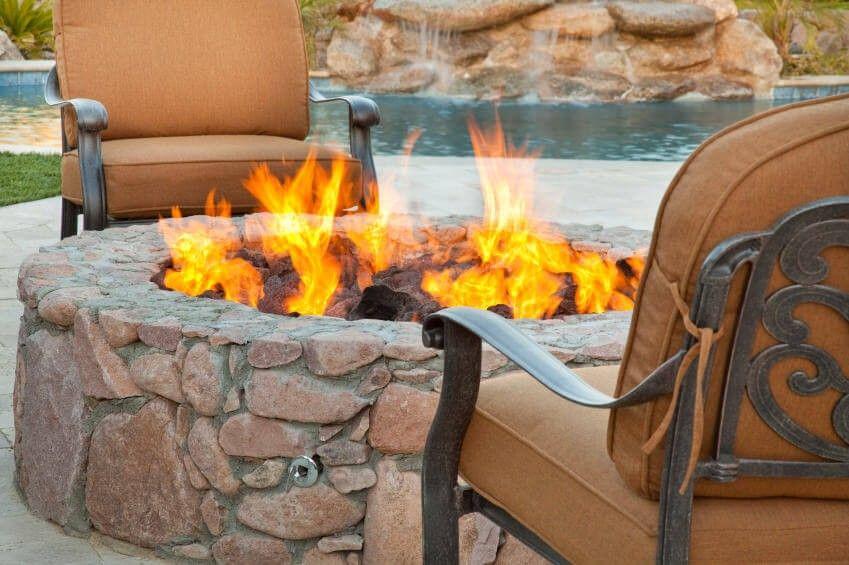 Nahaufnahme Von Einer Runde Steine Feuerstelle Gebaut Auf Einem ... Eine Feuerstelle Am Pool