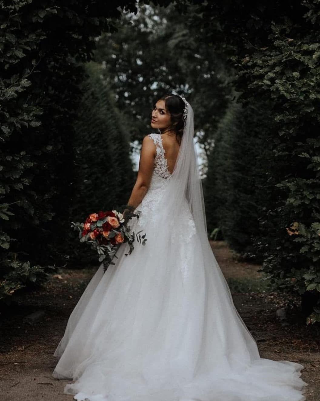 Brautkleid, Brautstrauß, Schleier, Brautkleid mit Schleppe
