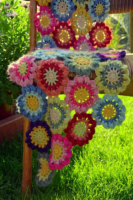 Japanese flower crochet scarf - I would totally love this ...