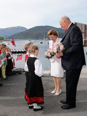 King and Queen received flowers of first degree Nele and John came to the Aure. Photo: Cornelius Poppe, NTB Scanpix.