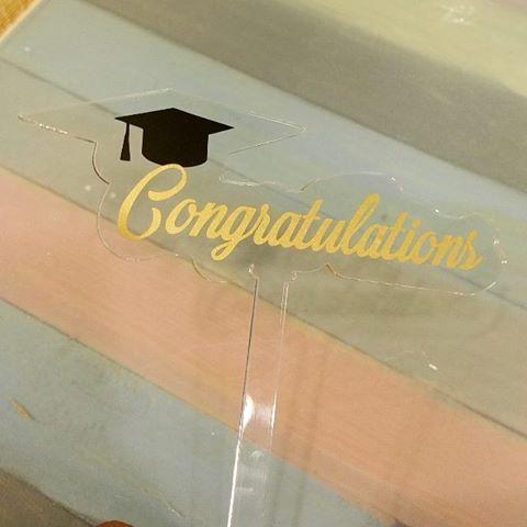 تغريسات عبارات اسماء حسب الطلب تغريسة تعليقات تغريسات توزيعات اكرليك اكريليك تخرج نجاح خريجات مناسبه م Graduation Year Neon Signs Congratulations