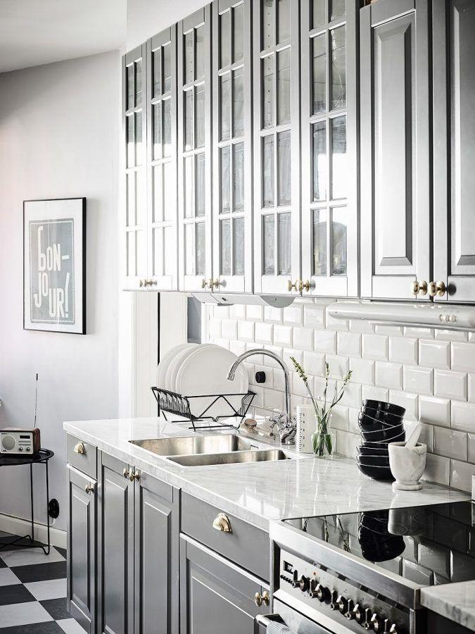 Cocina armarios clásicos / Salón con sofá gris / Blanco, negro y ...