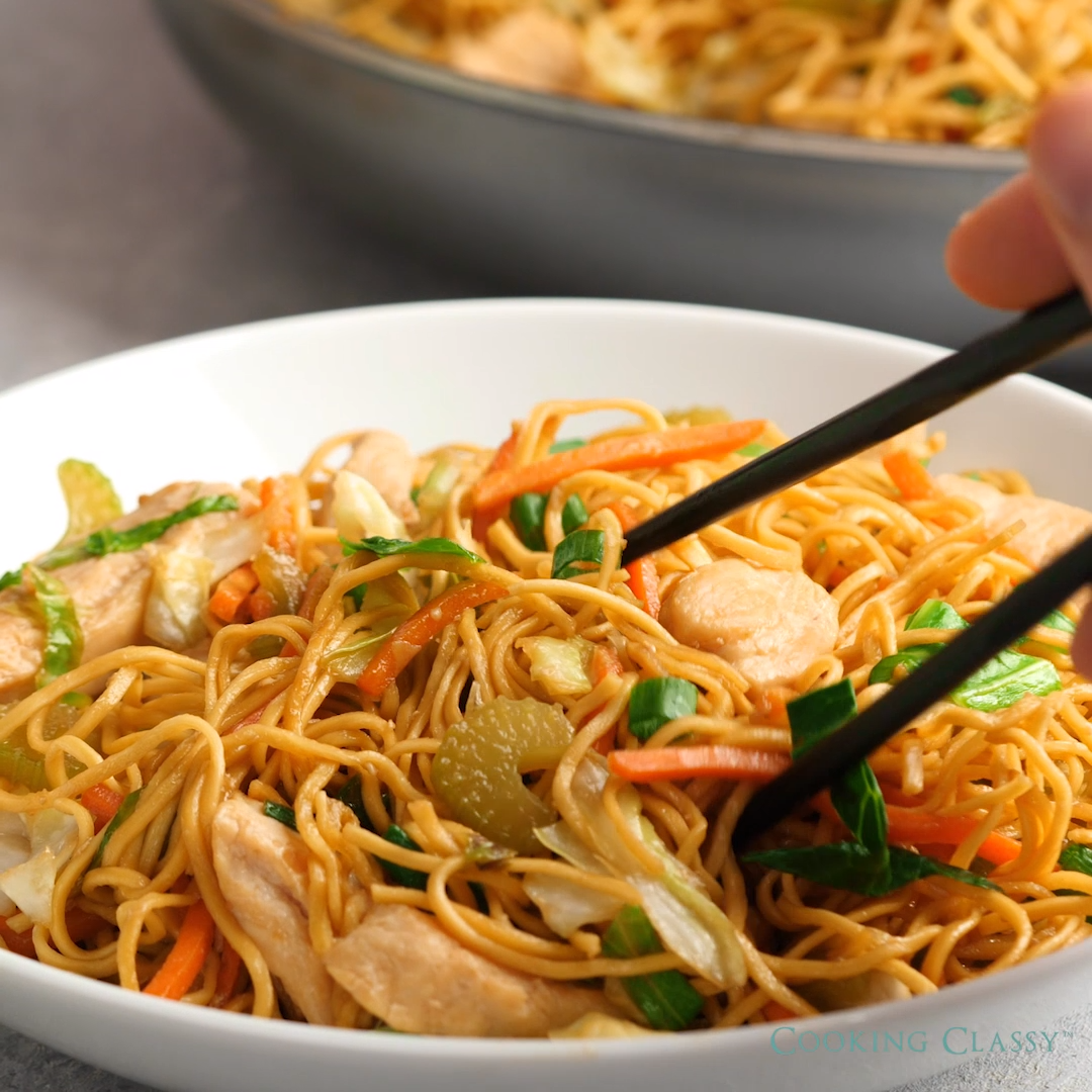 Better than take-out! It's easy, flavorful and so hearty, you'll love this recipe! Perfect for busy weeknights. #recipe #food #chicken #chowmein #noodles #chinese #vegetables #easy #dinner #stirfry