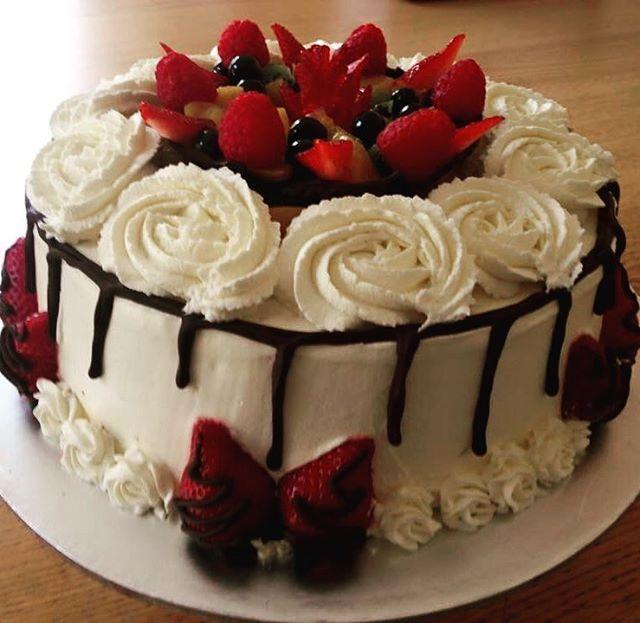 Fresh cream cake and strawberries  #cake #baking #freshcream #strawberries #homebaking #ukig #hkig #instacake #cakedecorating #cakes #cakestagram #cakedesign #cakeart #strawberrycake