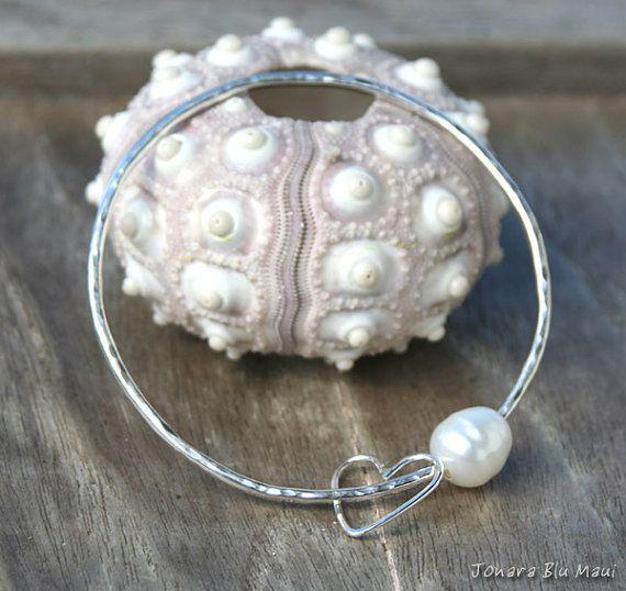 Pearl Bangle Hammered Bangle Bracelet door JonaraBluMauiJewelry