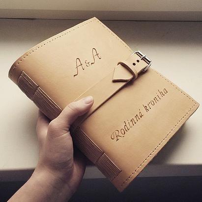 Hrubý kožený zápisník / Rodinná kronika / A5 / handmade / Bookbindnig / zapínanie na remienok a pracku / initials A&A / leather book / cronicle / pyrography / http://www.ardeas.sk/