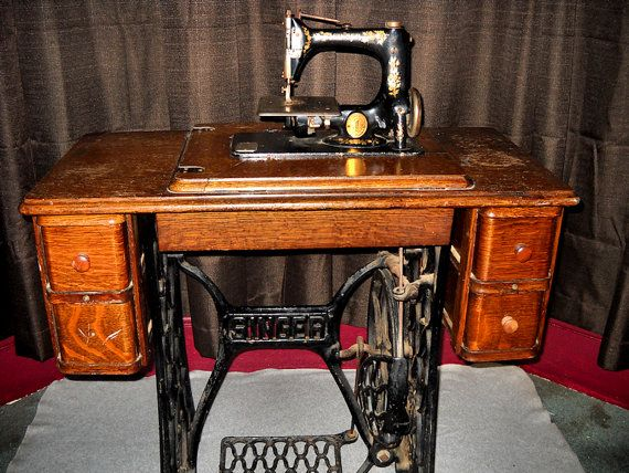Singer Sewing Machine 1913 Vintage With Manual Treadle And Accessories 225 00 Via Etsy Vintage Sewing Machines Vintage Sewing Table Singer Sewing Machine