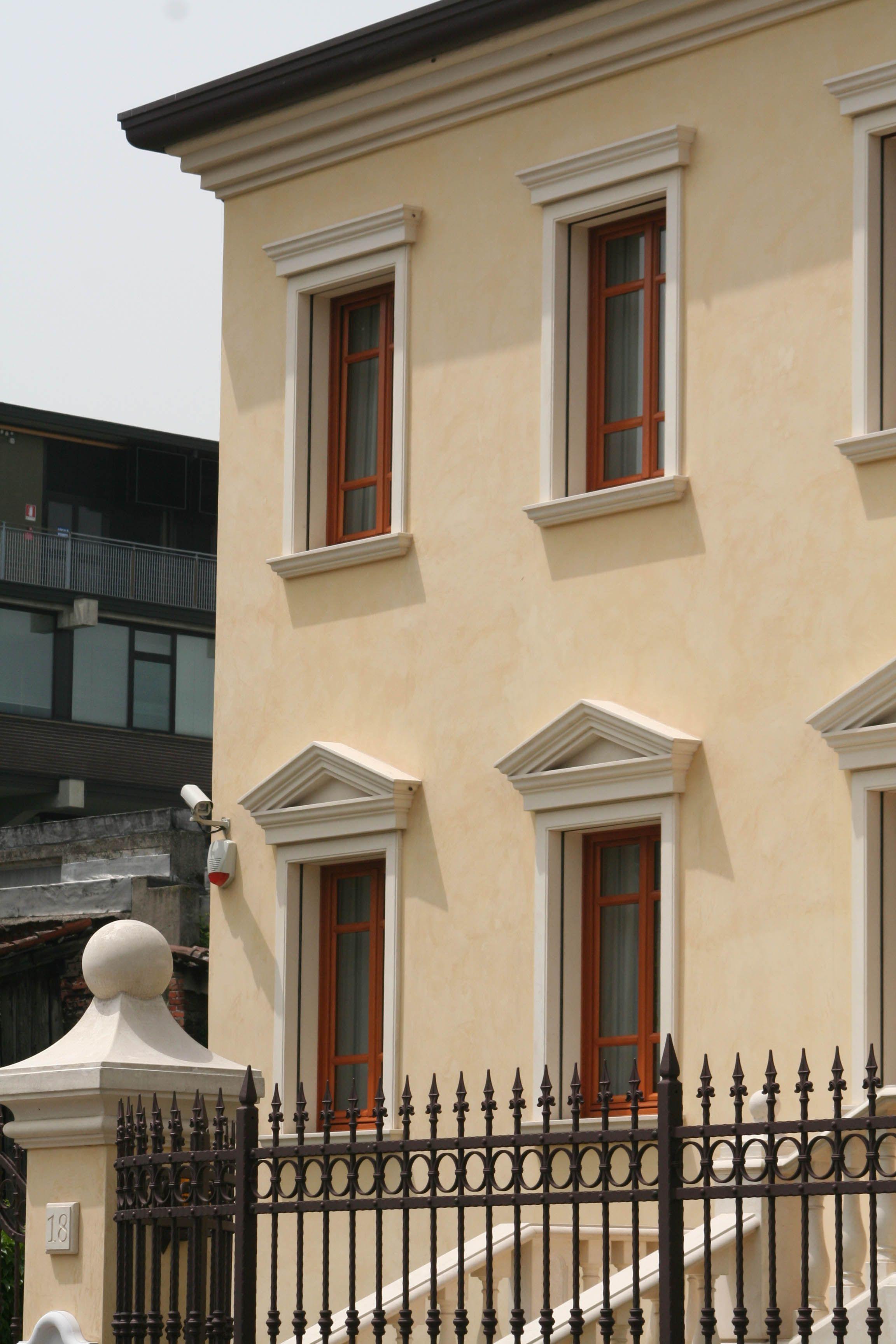 Angolari bugnati cornicioni per gronda decorazioni for Finestre per esterni
