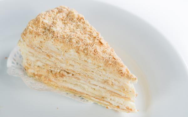 Tarta milhojas de chocolate blanco con nata.