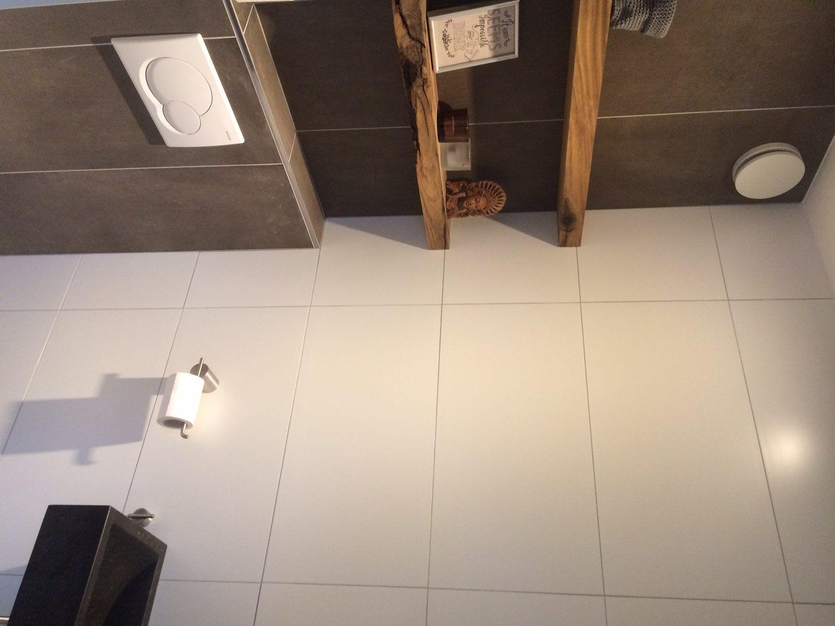 Wc betegeld met witte gecalibreerde tegels en bruine vloertegels afgewerkt met unieke planken - Wc tegel ...
