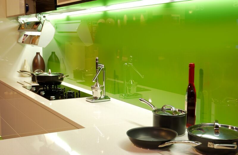 Die #Küchenrückwand aus Glas ist leicht zu reinigen, hygienisch und ...