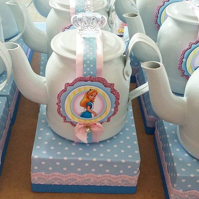 Centro de mesa com esses charmosos bules para o tema Alice no País das Maravilhas, festa da linda ...
