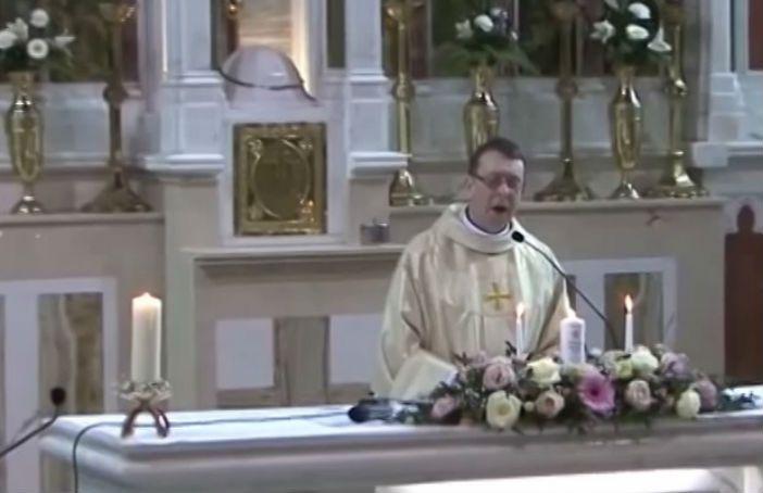 Priester Singt Hallelujah