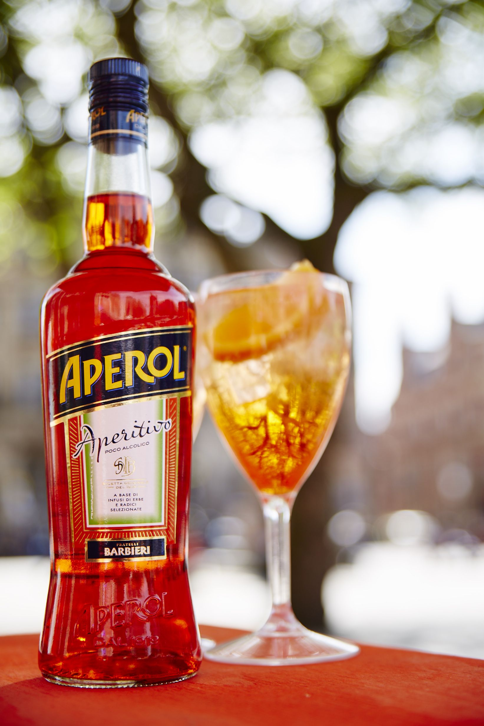The Perfect Aperol Spritz Recipe Three Parts Prosecco Two Parts Aperol And One Part Soda Water All Poured Over Ice And A Slice Aperol Spritz Aperol Getränke