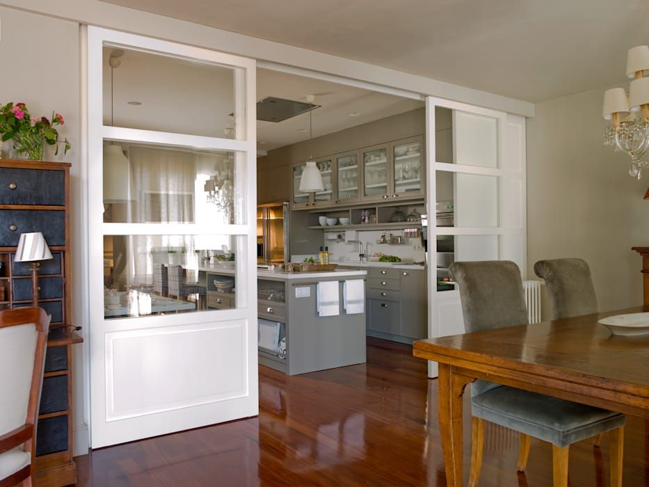 Comedor relacionado con la cocina por la puerta en cristalera cocinas eclécticas de deulonder arquitectura domestica ecléctico
