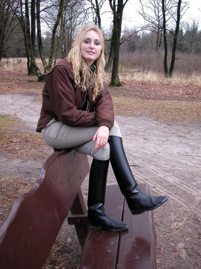 hübsche junge Frau mit Reitstiefeln im Wald | Damen