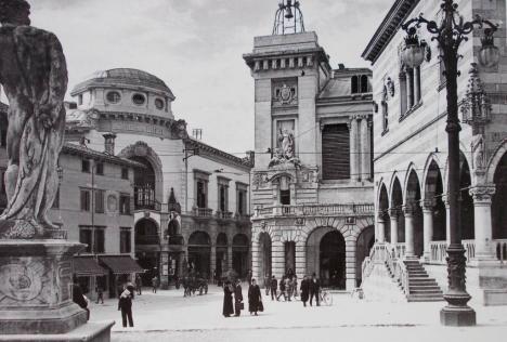 Udine_-_Piazza_Libertà_-_Cinema_Eden_sullo_sfondo.jpg