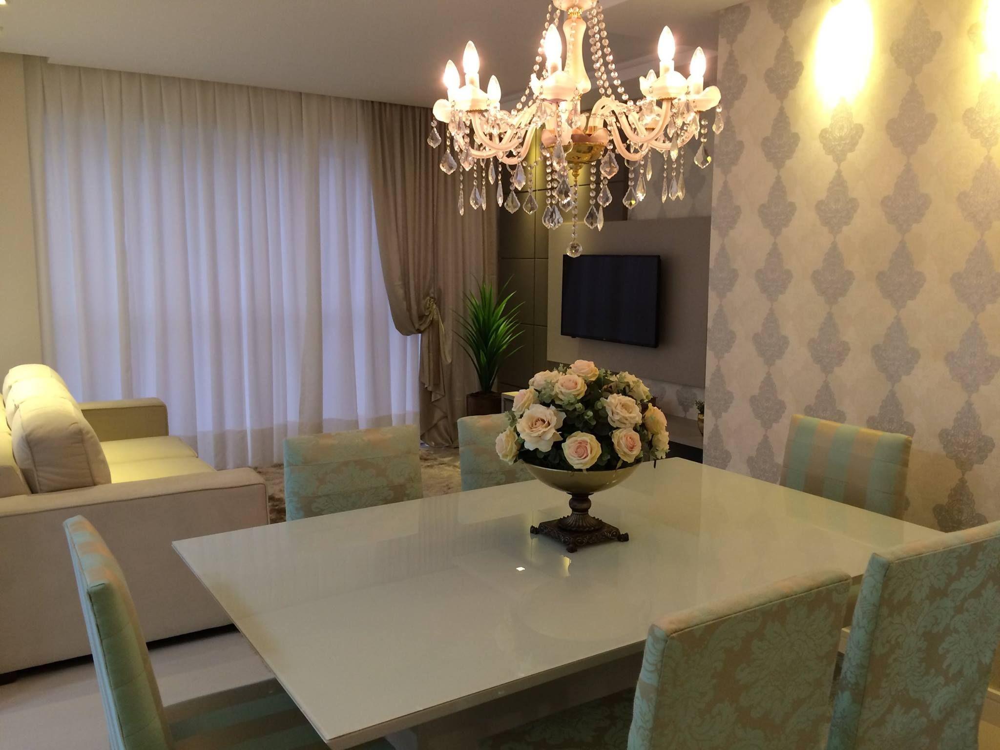 Adorei O Lustre A Mesa Branca Com Vidro Sobreposto O Papel De  -> Lustres Para Sala De Jantar Com Mesa Quadrada