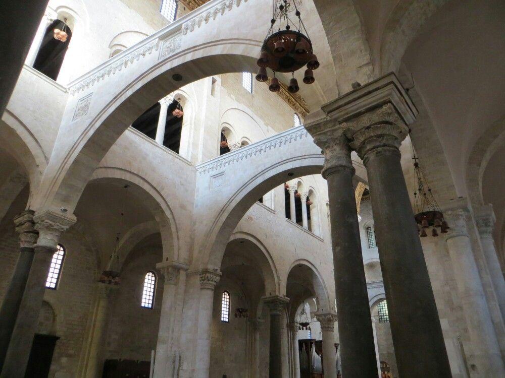interno della basilica di san nicola a bari si
