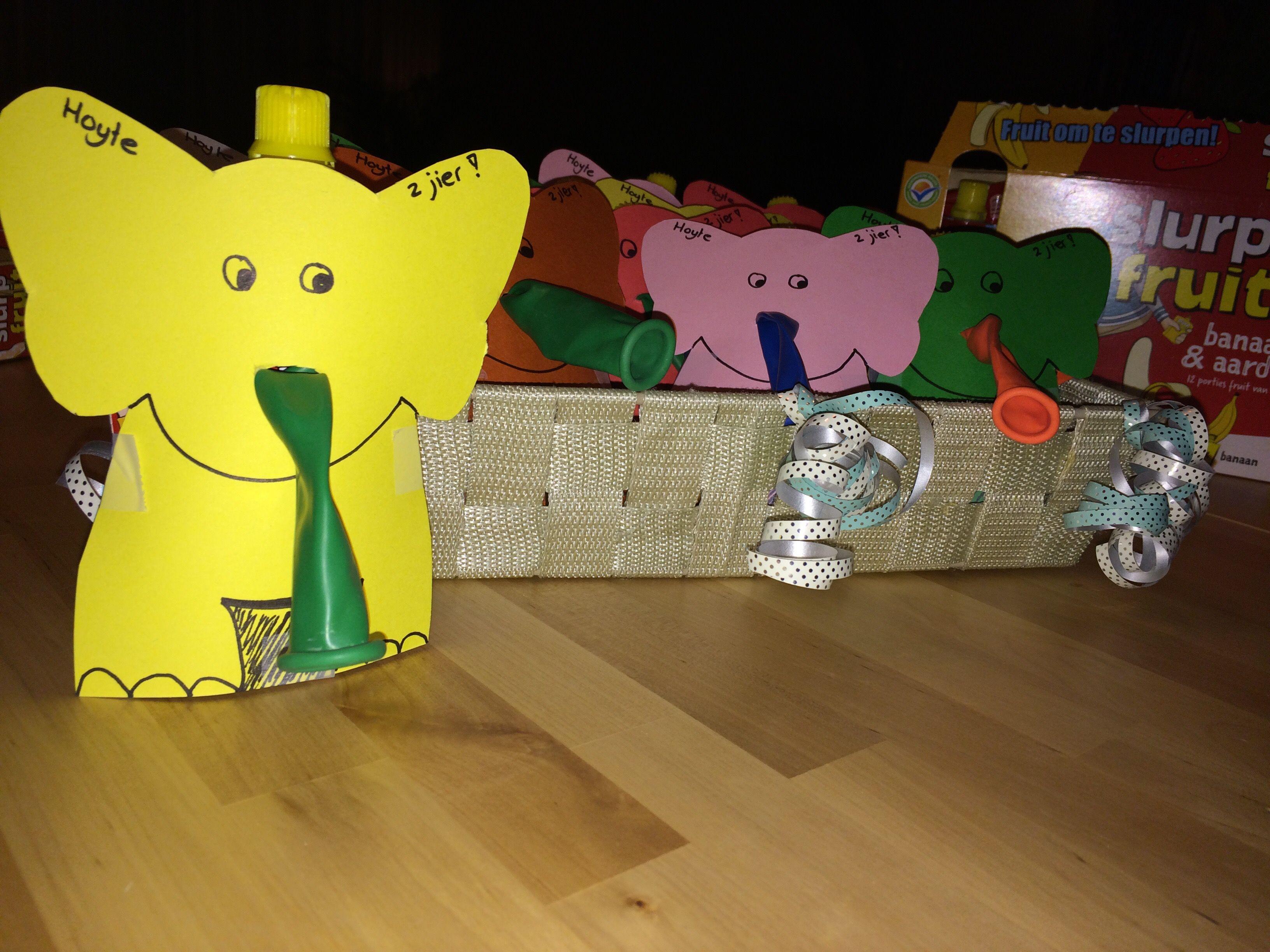 Knijpfruit traktatie Geknipte olifant uit stevig papier slurf van een bounce ballon geplakt op het zakje van het knijpfruit