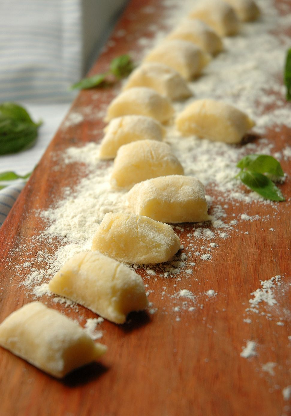 Gnocchi with Tomato and Basil - 5 potatoes, 200gr flour, salt, 1 egg... extra flour for rolling.... boil until floating