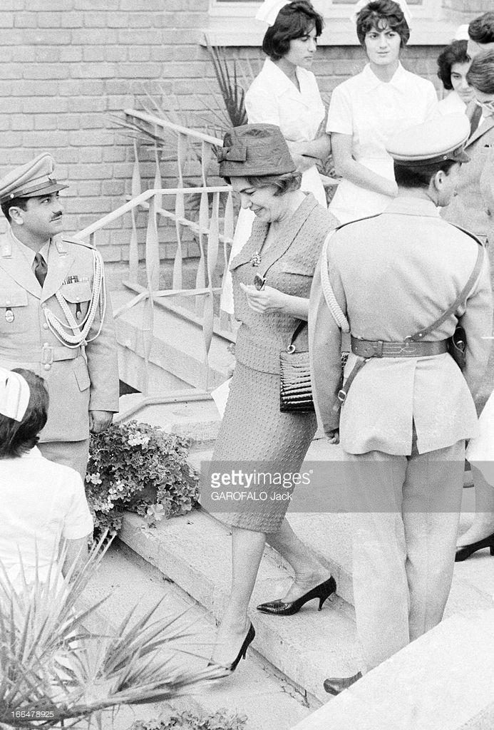 Announcement And Birth Of Cyrus Reza Pahlavi. Téhéran- 7 Novembre 1960- Lors de la naissance du Prince Reza Cyrus PAHLAVI, fils du Shah d'Iran et de Farah DIBA, une jeune femme non identifiée descend l'escalier de la maternité, entourée d' infirmières en rangées.