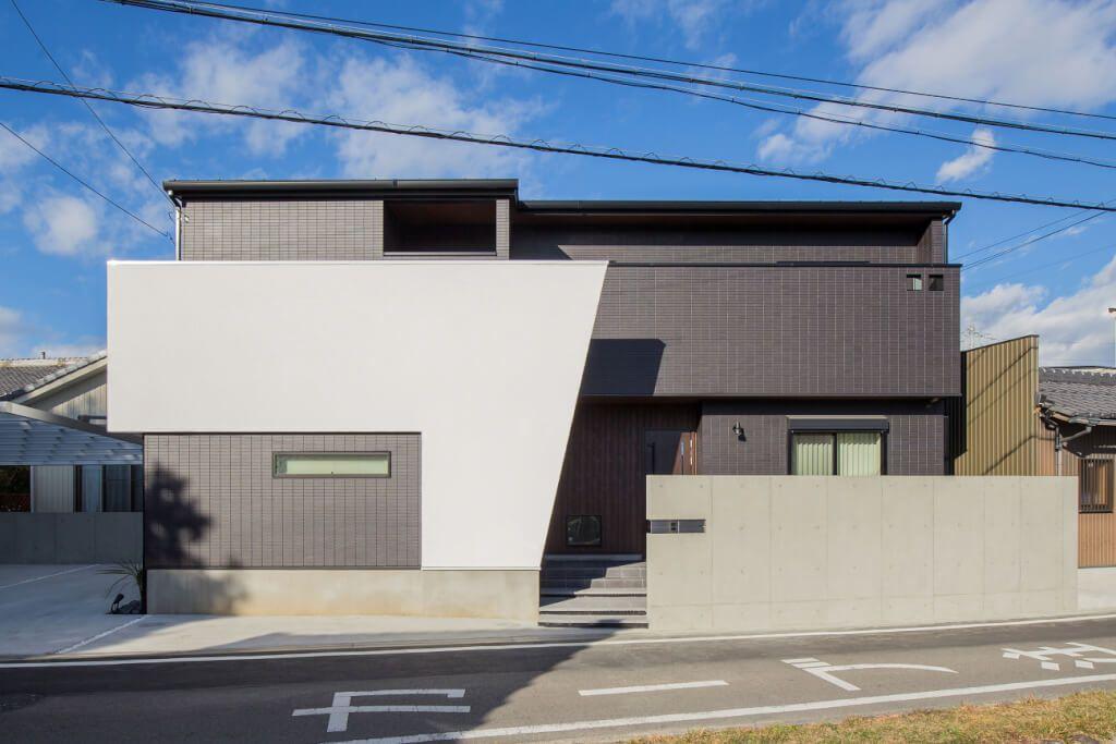 黒を基調にした外壁に 白のコントラストが目を引く外観 フラット