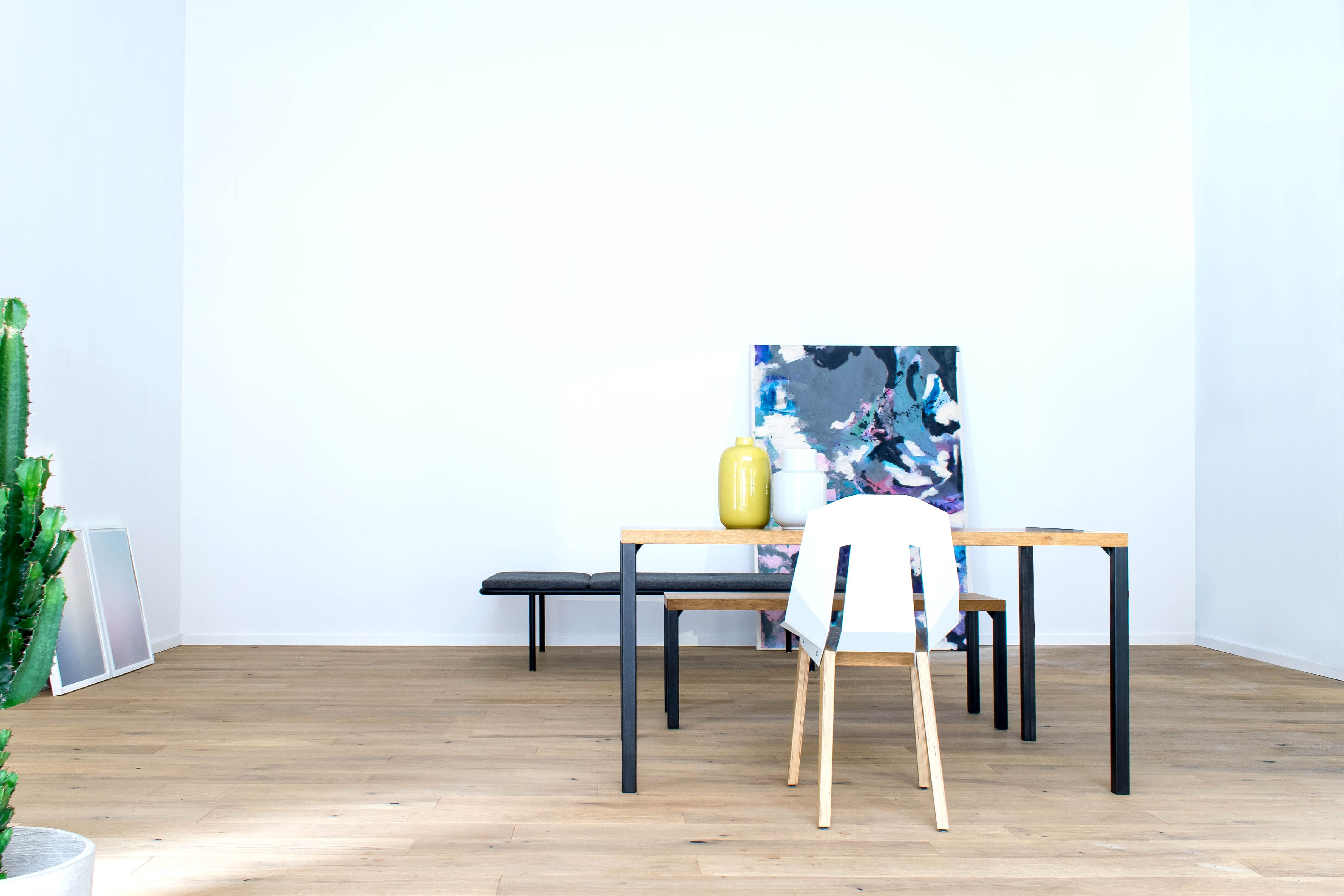 Filigraner Tisch Lola mit Designer Stuhl Diago von Tabanda