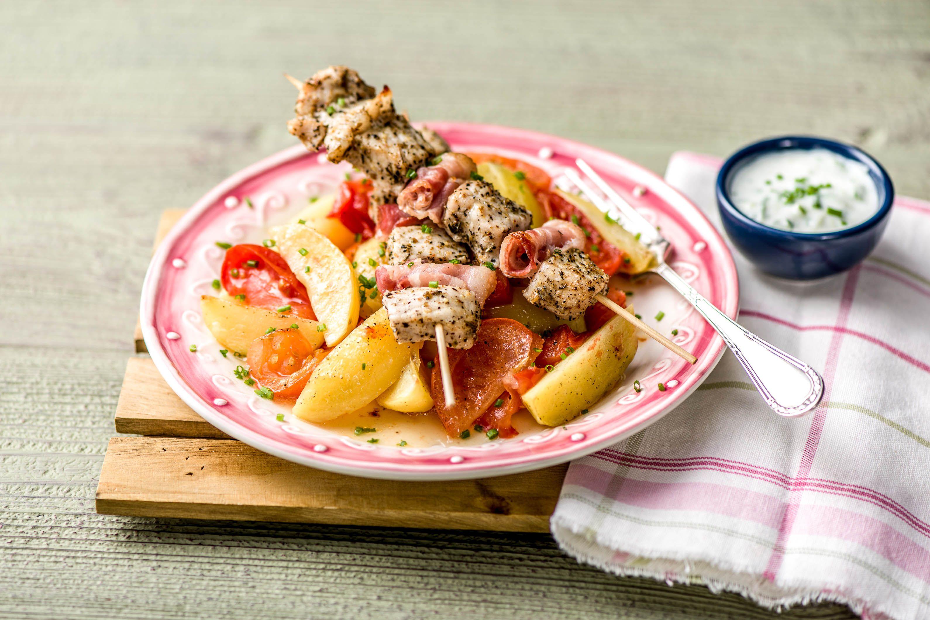 Griechische Gyros-Spieße mit Kartoffel-Tomaten-Ragout und Tsatsiki