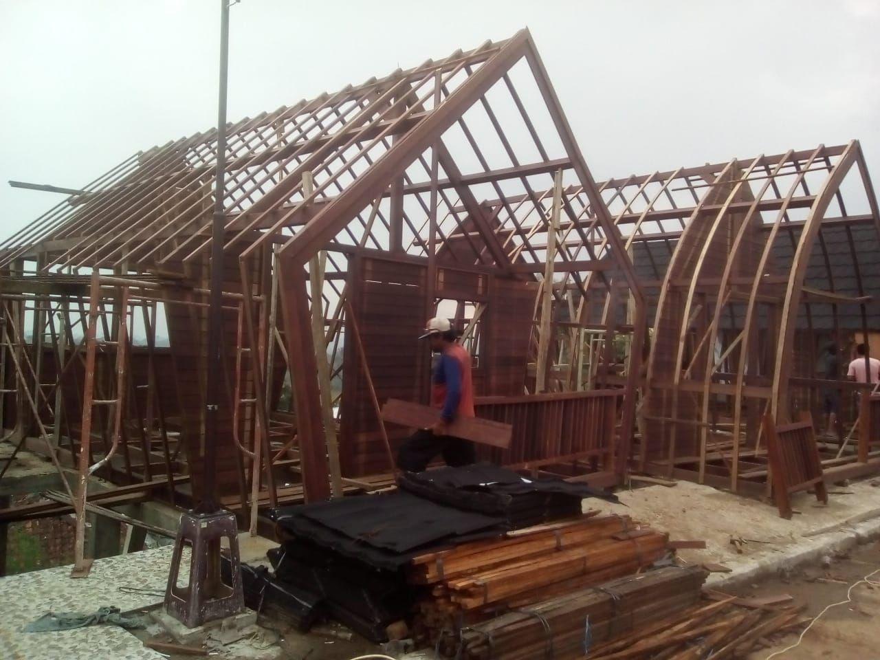 Proses pemasangan rumah lumbung di Tapos , bogor Rumah