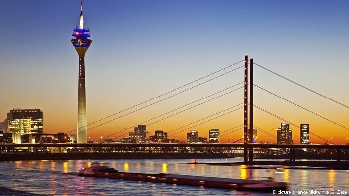Panorama de Düsseldorf, com torre de TV Rheinturm e