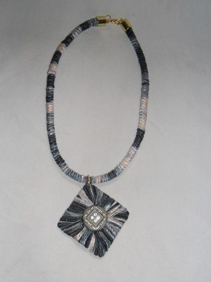 Colar de corda coberto com fita mesclada, medalhão losango forrado com fita e aplicação de botão e strass R$ 24,00
