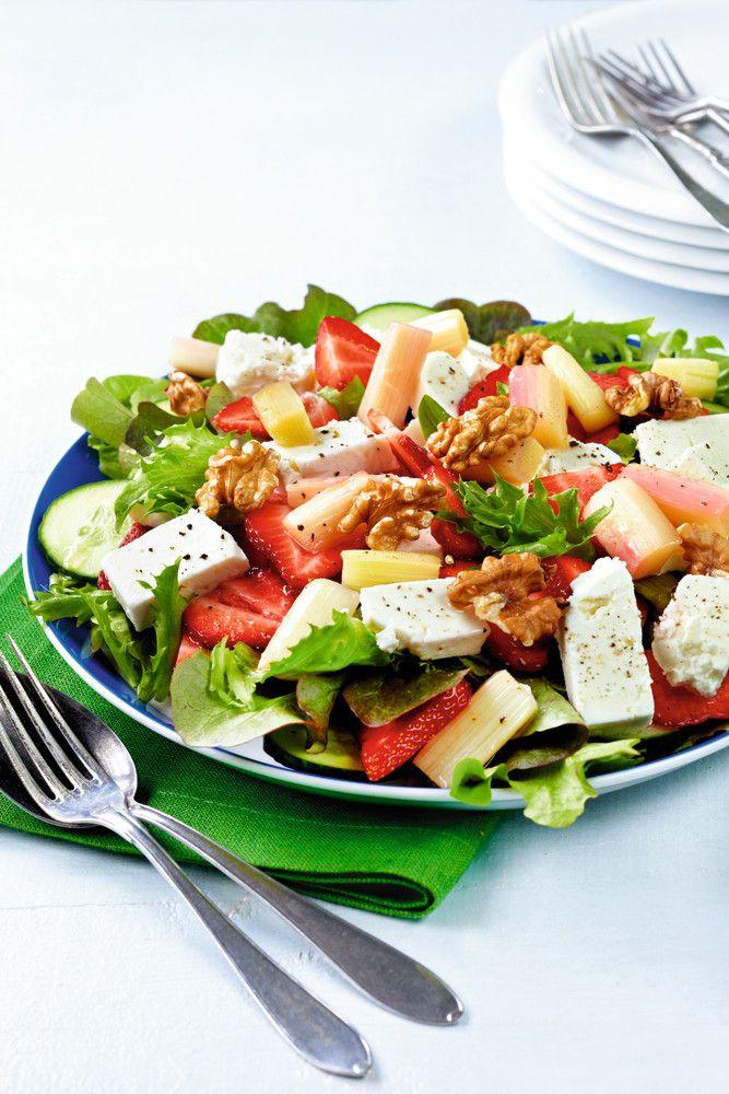 Kesäsalaatti | K-ruoka  Fetasalaatti muuttuu kesäiseksi vaihtamalla tomaatin raparperiin ja mansikoihin.
