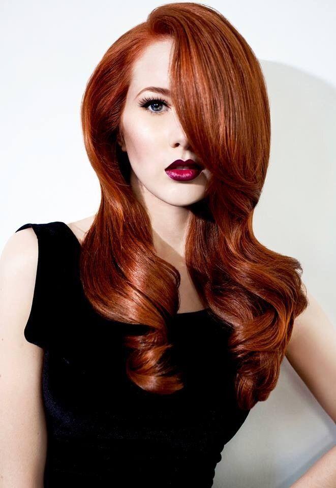 Wunderschöne Lange Rote Haare Und Lippenstift In Beerenton