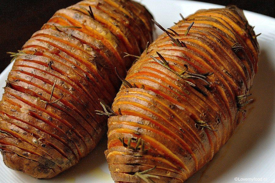 Geroosterde zoete aardappel met rozemarijn en spek