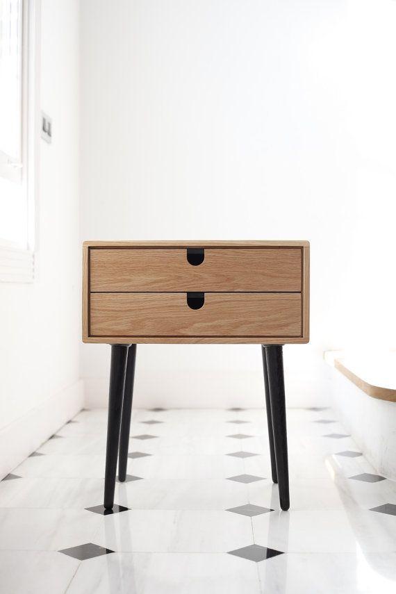 Unsere Schöne Kompakte Mid Century Inspiriert Skandinavischen Beistelltisch  / Nachttisch Verfügt über Einen Rahmen Aus Massiver Eiche, Mit Zwei