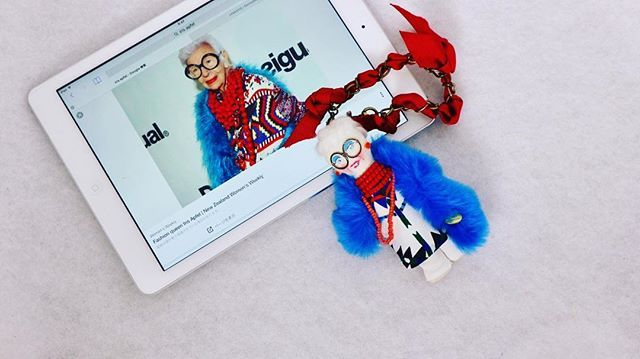 @hinkarinka_official さんとの別注偉人シリーズ...NY在住の94歳のスタイルアイコン、.Iris Apfel..#demodee#bagaccessories #accessories