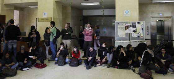 La UCM admite que ha expulsado a alumnos del sistema por no pagar tasas / @pilaralvarezm @el_pais_madrid | La Complutense asegura que los rehabilitará en los próximos días y garantiza que se examinarán : unos 3.500 alumnos no han pagado la matrícula, según la universidad | #universidadencrisis