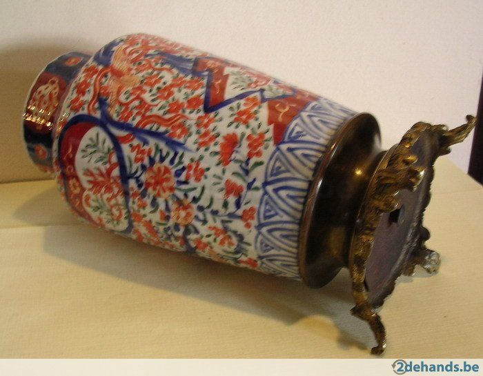 Schitterende IMARI vaas te koop van rond 1800. Handgeschilderd in blauw en ijzerrood. De vaas staat op een bronzen voet, die met een koperen pin...