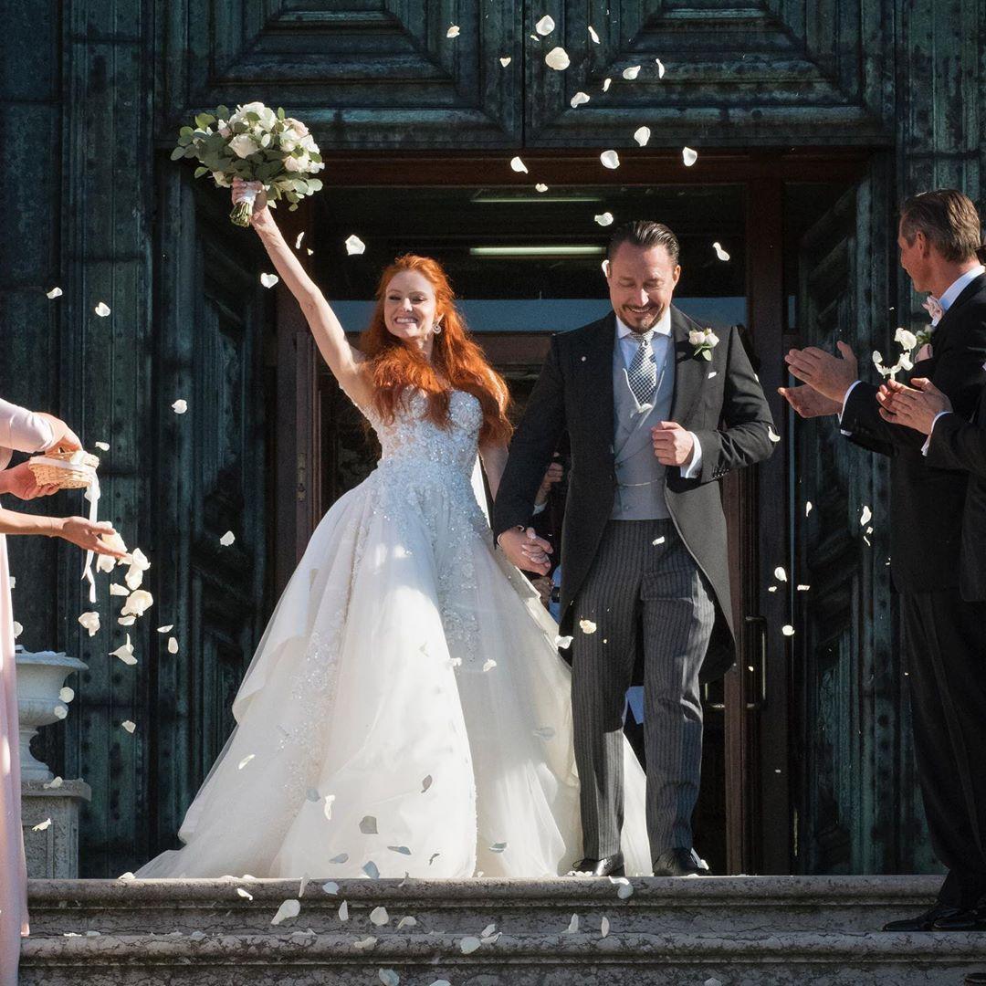 Sylvie Meis Verschijnt Op Bruiloft Vriendin In Flamboyante Jurk En Dat Levert Veel Kritiek Op Bruiloft Trouwjurk Trouwjurk Zeemeermin