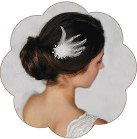 Feiner kleiner Haarschmuck aus Federn und Spitze für moderne