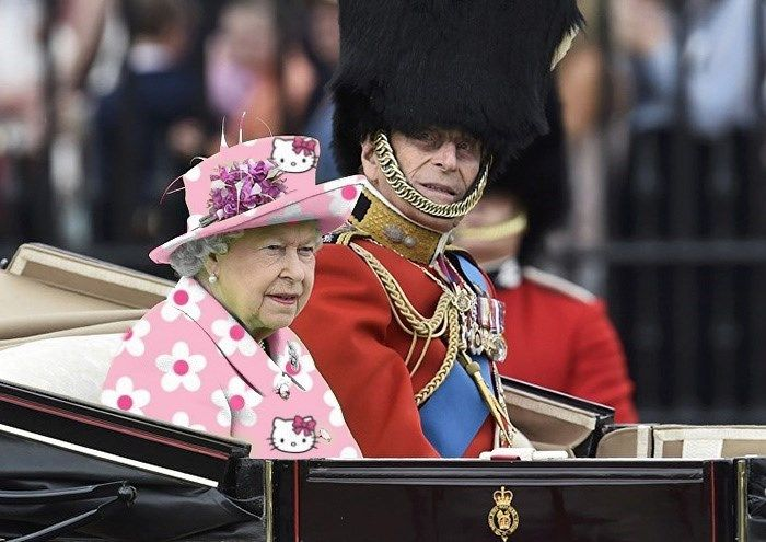 The Queen Of England Wore A Bright Green Outfit So Naturally The Internet Treated It Like A Green Screen Queen Green Screen Photoshop Battle Queen Of England