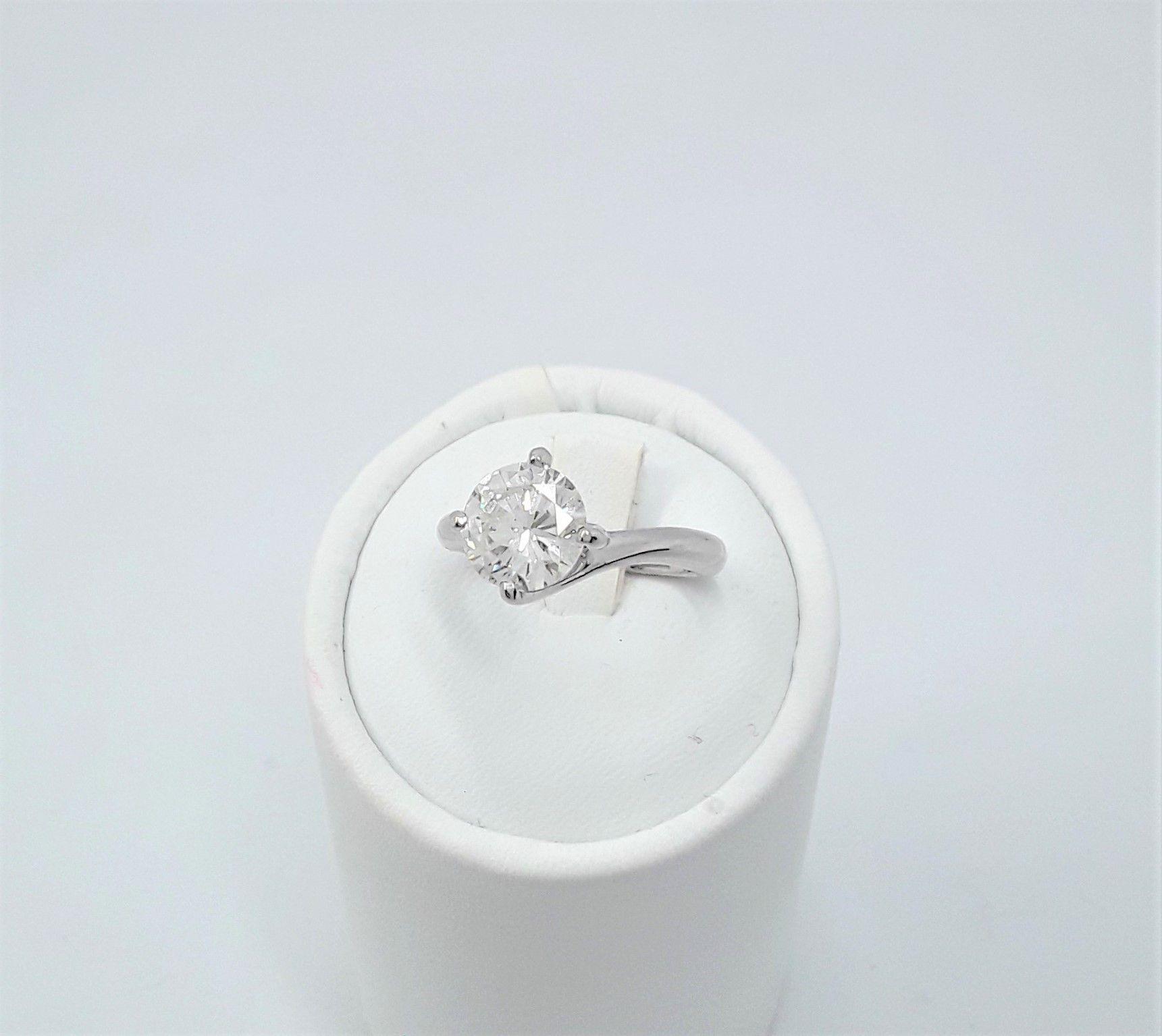 Anello Solitario In Oro Bianco Con Diamante Per Prezzi Sconti E Promozioni Segui Il Link Contattaci Su Anelli Di Fidanzamento Anelli In Oro Bianco Diamante