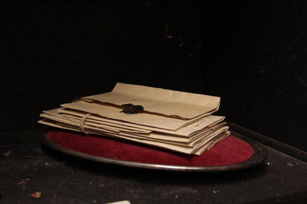 Gamla brev. Scenograf Mona Knutsdotter. Fotograf Linda Sinkkonen. #letters #brev #old #Frankenstein #patinerat #rekvisita
