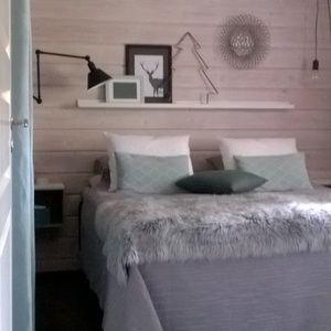 Makuuhuoneen selkeän rauhallinen ilme. Itsetehdyt seinään kiinnitetyt yöpöydät ovat käytännölliset ja rakastan niiden karheaa puupintaa.