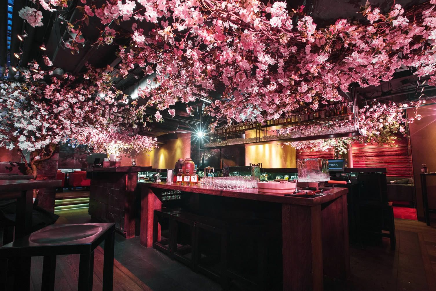 Suntory Team Up With London S Japanese Restaurant Roka To Celebrate The Season Of Cherry Blossom Restaurant Interieur Restaurant Ontwerp Interieur