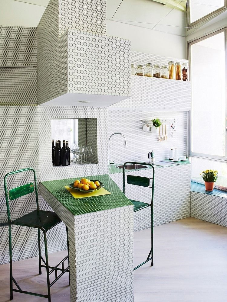 Keuken in witte en groene mozaiek tegels